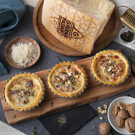 Cheese pies with walnuts, Grana Padano and thyme